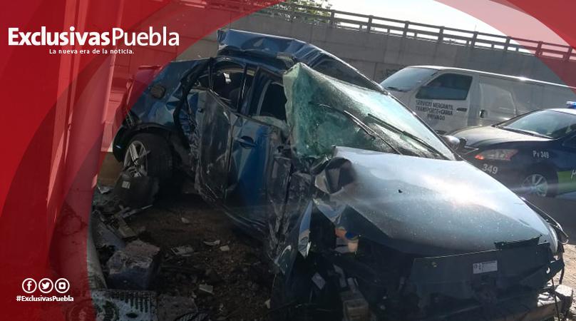 Muere una mujer al estrellar su auto contra pilar del segundo piso en la México-Puebla